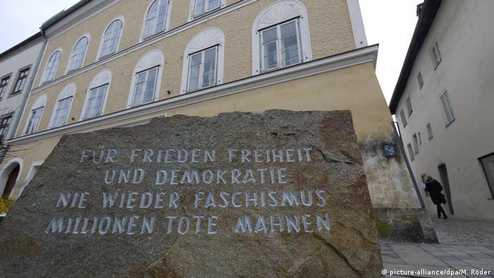 Österreich Mahnstein vor dem Geburtshaus Hitlers in Braunau