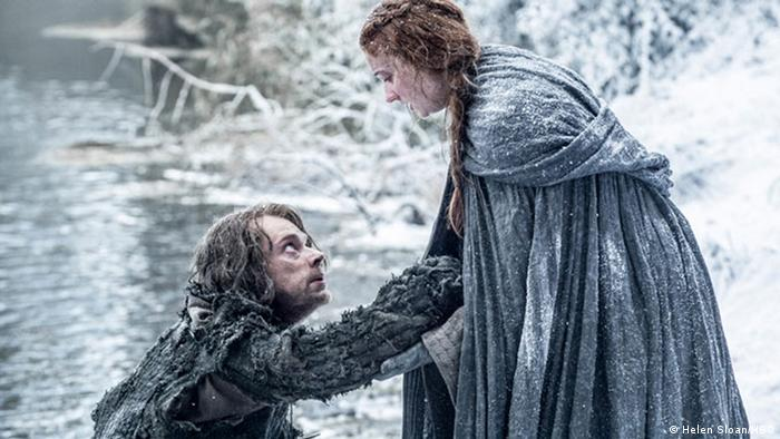 Alfie Allen als Theon Stinker Graufreud und Sophie Turner als Sansa Stark in der 6. Staffel von Game of Thrones (Foto: Helen Sloan/HBO)