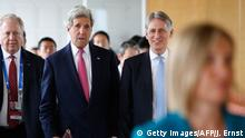 April 10, 2016 Bildunterschrift:US Secretary of State John Kerry (C) talks with Britain's Foreign Secretary Philip Hammond (R) as they arrive to participate in the first working session of the G7 Foreign Ministers' Meeting in Hiroshima on April 10, 2016. The gathering is part of the run-up to the G7's rotating annual summit, scheduled this year from May 26-27 in the Ise-Shima region between Tokyo and Osaka. / AFP / POOL / JONATHAN ERNST (Photo credit should read JONATHAN ERNST/AFP/Getty Images) (c) Getty Images/AFP/J. Ernst