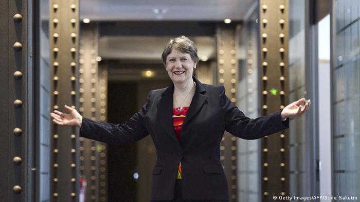 Helen Clark ist die Leiterin des Entwicklungsprogramms der Vereinten Nationen und steht mit ausgebreiteten Armen in einer Tür. (Foto: Getty Images/AFP/S. de Sakutin)