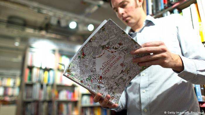 Mann mit Malbuch (Foto: Getty Images/B. Pruchnie)