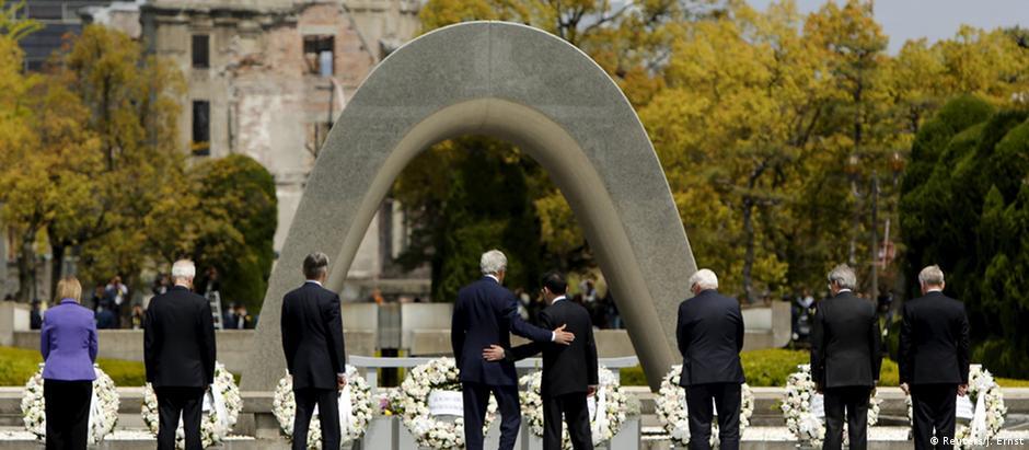 Kerry e Kishida (centro) acompanhados pelos demais ministros do Exterior do G7 no memorial da Bomba de Hiroshima