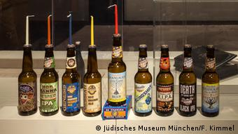 Beer bottles used as candle holders for Hanukkah. Copyright: Jüdisches Museum München//F. Kümmel