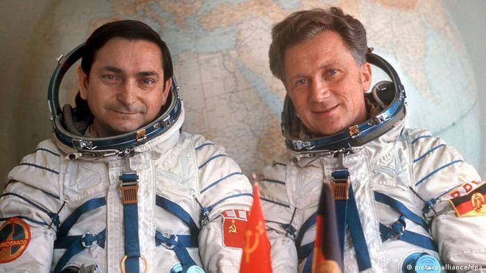 Die Kosmonauten Sigmund Jähn und Valeri Bykowski (picture-alliance/dpa)