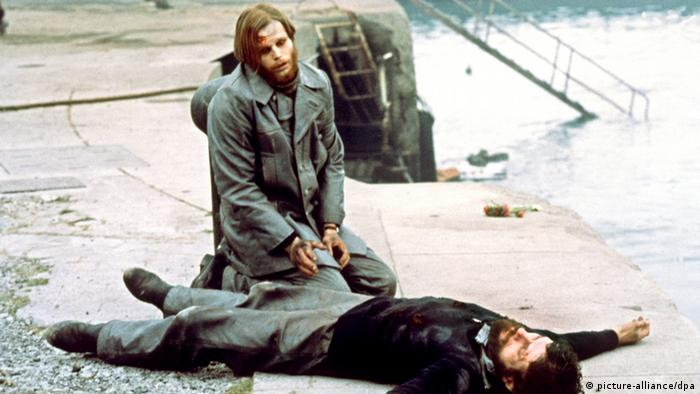 Filmstill Das Boot: Leutnant Werner (Grönemeyer) kniet neben dem toten Kommandanten (J. Prochnow) , Foto: dpa
