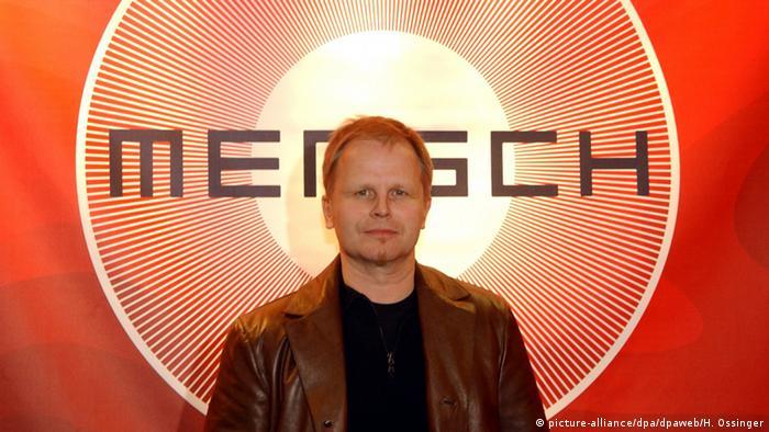 Herbert Grönemeyer bei der PK zum Album Mensch, Im Hintergrund das Logo des Albums. (Foto: dpa)
