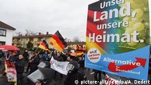 20.02.2016 *** Der Demonstrationszug des islam- und flüchtlingsfeindlichen Pegida-Ablegers «Karlsruhe wehrt sich» gegen den Südwestrundfunk (SWR) geht am 20.02.2016 in Mainz (Rheinland-Pfalz) an einem AfD-Wahlplakat mit der Aufschrift Unser Land, unsere Heimat. vorbei. Foto: Arne Dedert/dpa +++(c) dpa - Bildfunk+++ © picture-alliance/dpa/A. Dedert