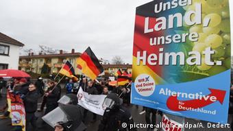 Демонстрация против беженцев в Майнце, среди них - сторонники АдГ, несущие плакат партии