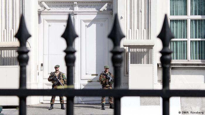 Военные перед брюссельской резиденцией премьер-министра Бельгии