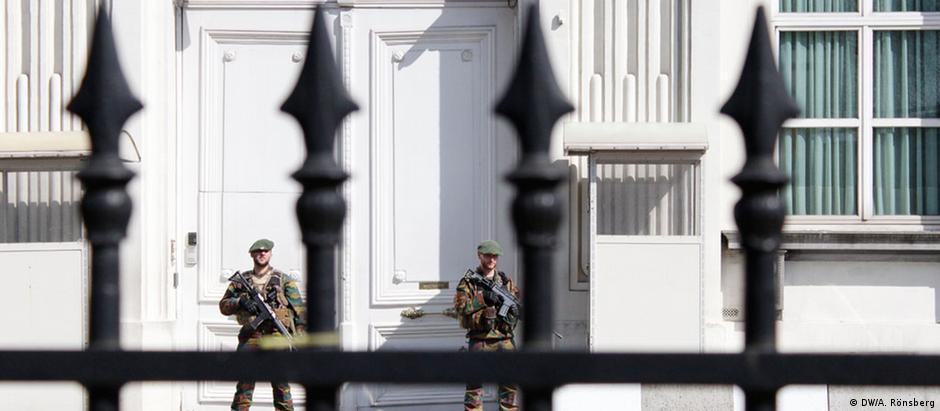 Soldados vigiam escritório do primeiro-ministro da Bélgica: nível de alerta na cidade segue alto