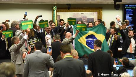 Parlamentares seguram cartazes com os dizeres impeachment já e impeachment sem crime é golpe, além da bandeira do Brasil