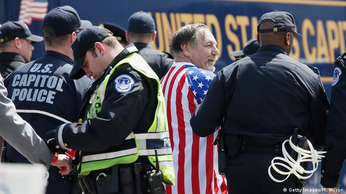 Polizisten nehmen Demonstranten vor dem Kapitol in Washington fest (Foto: Getty Images)