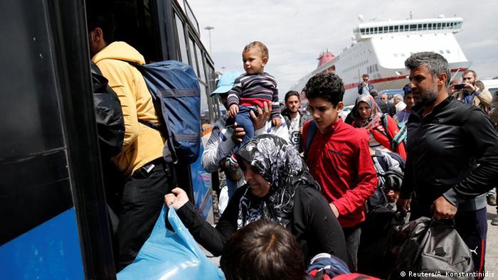 Беженцы покидают порт Пирея