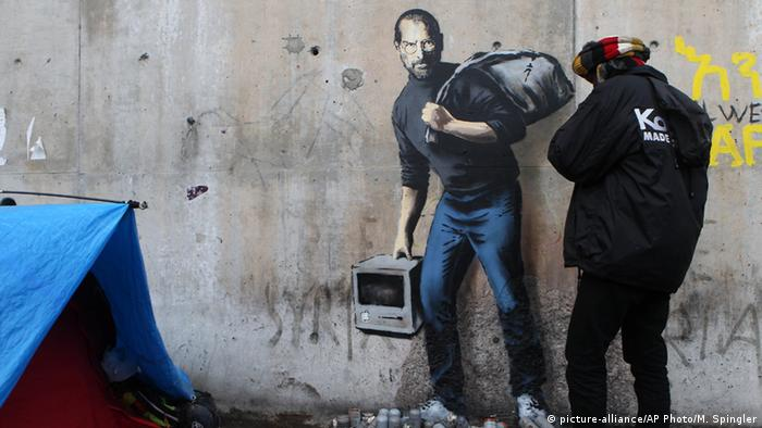 This Banksy work depicting Apple founder Steve Jobs can be seen at the Calais refugee camp in France, Copyright: picture-alliance/AP Photo/M. Spingler