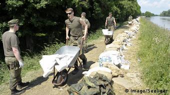 Солдаты бундесвера во время наводнения в районе Магдебурга