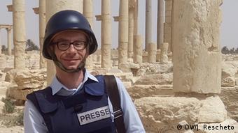 Juri Rešeto ispred antičkih spomenika u Palmiri