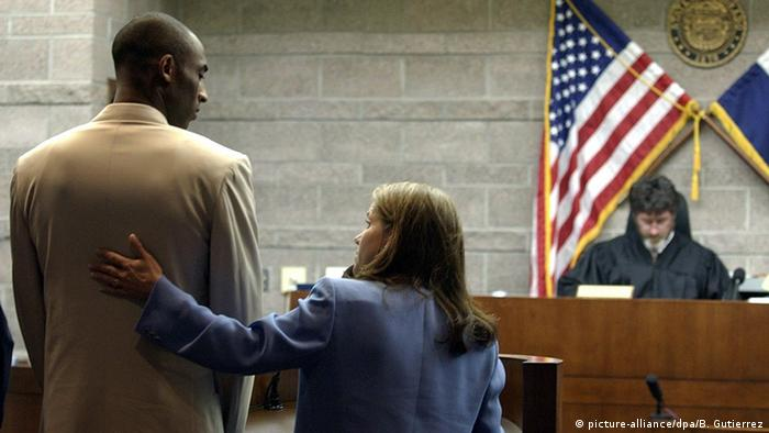 Kobe Bryant before court (picture-alliance/dpa/B. Gutierrez)