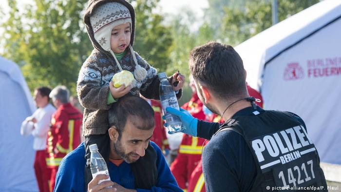 Deutschland Flüchtlinge kommen am Bahnhof Schönefeld an