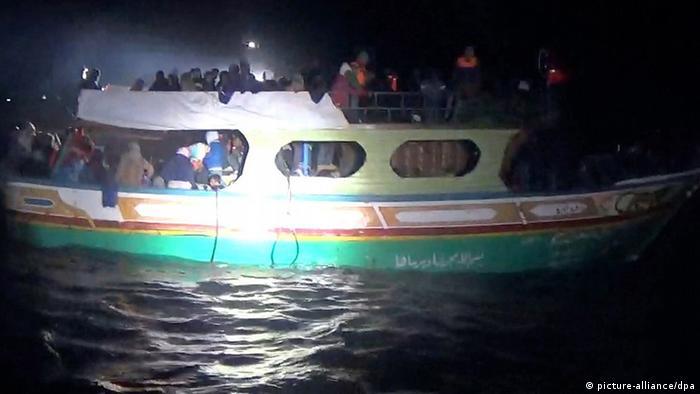 Symbolbild Flüchtlingsboot vor Sizilien