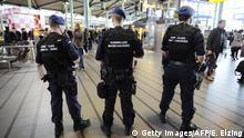 22: März 2016 The military police carries extra patrols at Schiphol Airport in Amsterdam, on March 22, 2016 in response to the attacks in the departure hall of Brussels Airport and at a Brussels metro station. / AFP / ANP / Evert Elzinga / Netherlands OUT (Photo credit should read EVERT ELZINGA/AFP/Getty Images) copyright: Getty Images/AFP/E. Elzing