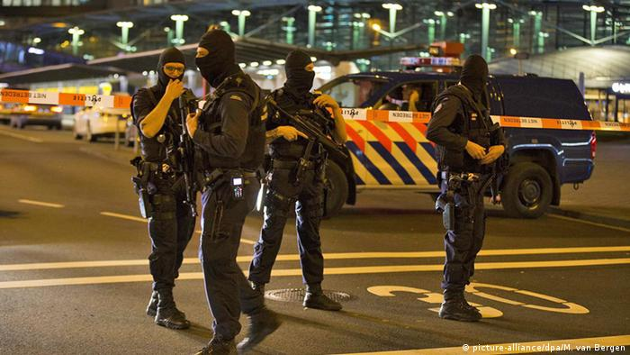 Niederlande Flughafen Schiphol Amsterdam Polizei