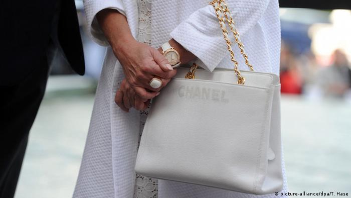 Дама с чанта на Шанел