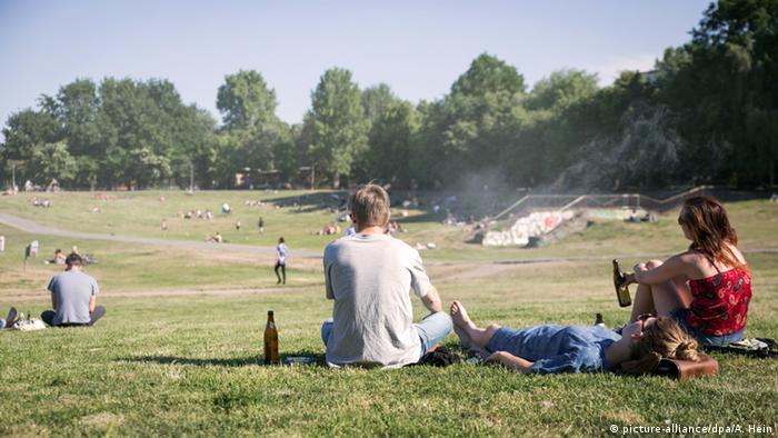 Deutschland Biertrinker im Görlitzer Park in Berlin