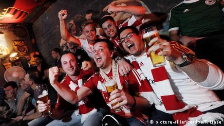 Fußballfans des FC Bayern München in einer Kneipe (Rechte: Picture-alliance/dpa/T. Hase)