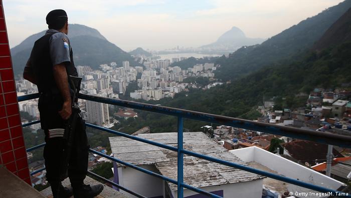 Policial na UPP de Santa Marta, no Rio de Janeiro