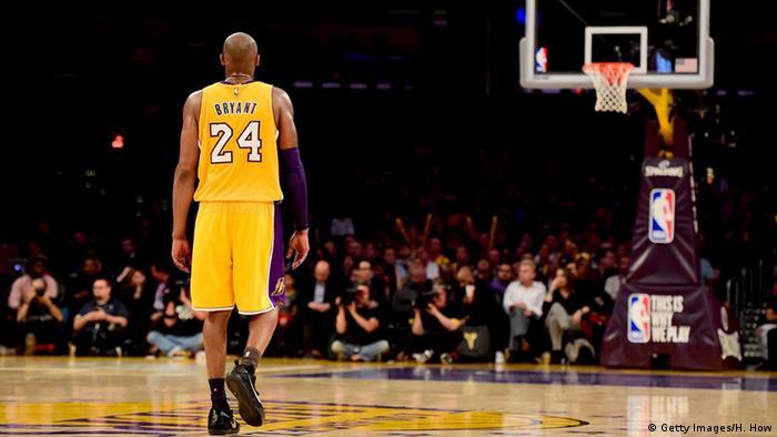 En sus veinte años de carrera con los LA Lakers, Kobe Bryant anotó 33.643 puntos, ganó cinco campeonatos de la NBA y fue galardonado dos veces con el premio al Jugador Más Valioso (MVP) de las Finales de la NBA. También fue seleccionado para disputar 18 partidos del All-Star, instancia que reúne a los mejores jugadores de EE. UU. de cada año. Se retiró en 2016