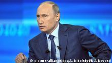 Russland Präsident Putin bei Sendung Heißer Draht im Fernsehen