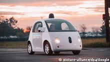 15.05.2015 HANDOUT - Das Handout zeigt einen Prototyp des Self-driving vehicle von Google (undatiertes Handout). Im Projekt Google Self-Driving Car entwickelt der Internetkonzern Google Technologien für autonom, beziehungsweise ganz ohne Fahrer fahrende Autos. Copyright: picture-alliance/dpa/Google