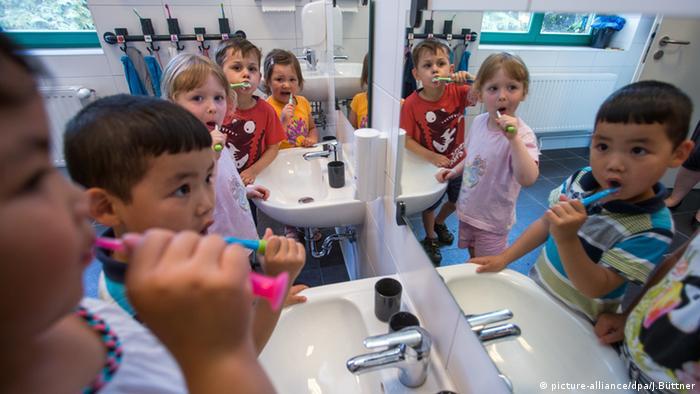 Kindergarten Kinder Schwerin Zähen putzen Deutschland (picture-alliance/dpa/J.Büttner)
