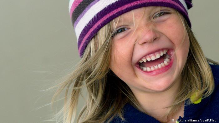 Ein dreijähriges lachendes Mädchen Deutschland (picture-alliance/dpa/P.Pleul)