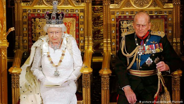 The Queen (l) and prince Philip (r) on their Thrones (picture-alliance/dpa/S. Plunkett)