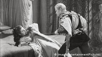 نمایی از فیلم هملت (۱۹۴۸) ساخته لارنس اولیویه، یکی از بهترین برگردانهای سینمایی این اثر پراهمیت