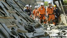 15.04.2016+++ Firefighters walk among collapsed houses caused by an earthquake in Mashiki town, Kumamoto prefecture, southern Japan, in this photo taken by Kyodo April 15, 2016.Mandatory credit REUTERS/Kyodo ATTENTION EDITORS - FOR EDITORIAL USE ONLY. NOT FOR SALE FOR MARKETING OR ADVERTISING CAMPAIGNS. THIS IMAGE HAS BEEN SUPPLIED BY A THIRD PARTY. IT IS DISTRIBUTED, EXACTLY AS RECEIVED BY REUTERS, AS A SERVICE TO CLIENTS. MANDATORY CREDIT. JAPAN OUT. NO COMMERCIAL OR EDITORIAL SALES IN JAPAN +++ (C) Reuters/Kyodo