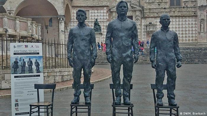 En honor a Snowden, Assange y Manning, sus figuras en bronce.
