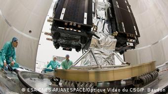 Galileo Satellit wird auf die Rakete montiert