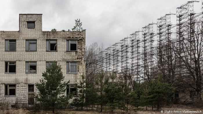 То, что осталось от секретного объекта Дуга-1 - брошенный дом и антенны РЛС