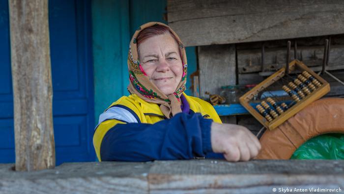 Женщина возле своего дома в зоне отчуждения