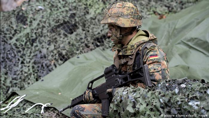Bundeswehrsoldat in Tarnung bei einer Übung in Bad Reichenhall (Bayern) (Foto: dpa)