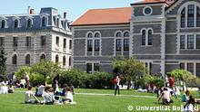 Türkei Istanbul Boğaziçi Universität Junge Menschen auf Rasen vor Gebäuden