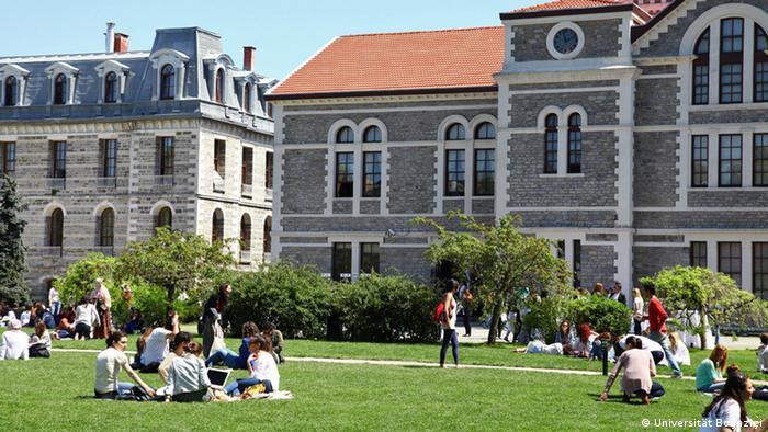 Türkei Istanbul Boğaziçi Universität Junge Menschen auf Rasen vor Gebäuden (Universität Boğaziçi)