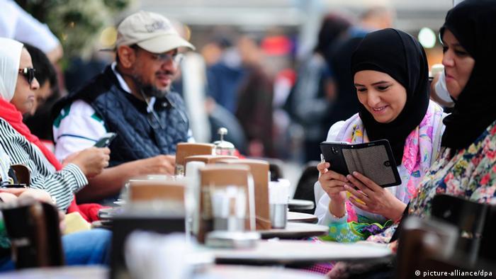 Cena de rua em Istambul: turcos consultam celular