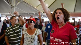 Activists demonstrate against the impeachment Brazilian President Dilma Rousseff copyright: Getty Images/AFP/A. Anholete