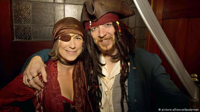 Marianna Young und Toby Ricketts pose in pirate costumes
