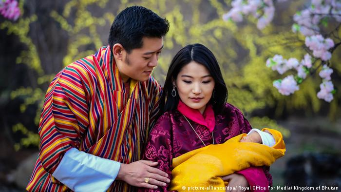 Bhutan Königspaar von Bhutan mit Kronprinz (picture-alliance/dpa/ Royal Office For Media/ Kingdom of Bhutan)