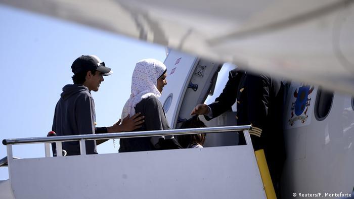 Flüchtlinge bestiegen das päpstliche Flugzeug (Foto: Reuters)