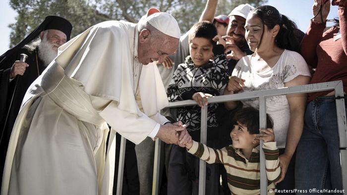 Der Papst im Flüchtlingslager Moria nahe dem Hafen Mytilene (Foto: Reuters)